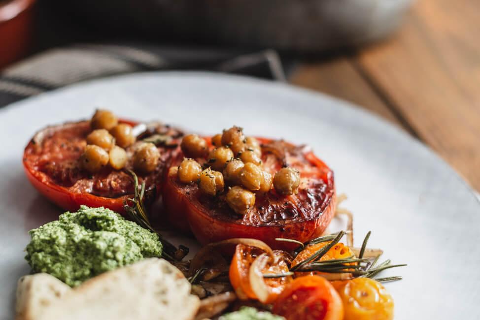 Geröstete Tomaten mit Rucolapesto und Kichererbsen