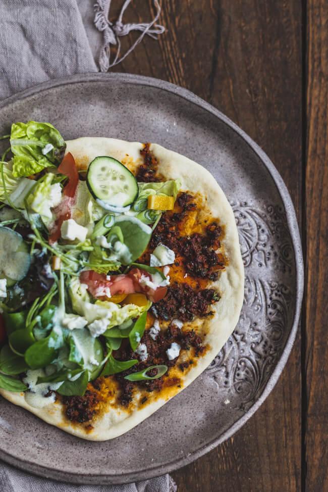 salat joghurtdressing Lahmacun türkische pizza fladen hackfleischfüllung döner rezept selbermachen
