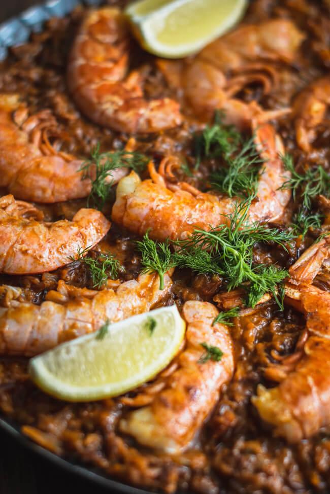 Paella mit Gemüse und Garnelen Pfanne Spanisch Reisgericht Pfannengericht einfach Zitrone