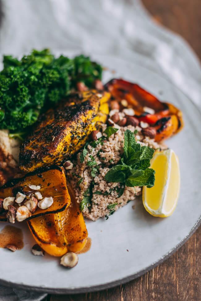 Kurkuma Hähnchen Hummus Couscous Minze PAprika Haselnüsse Jamie Oliver Superfoods vollwertig gesund bunt grünkohl Minze Feierabend schnelle küche