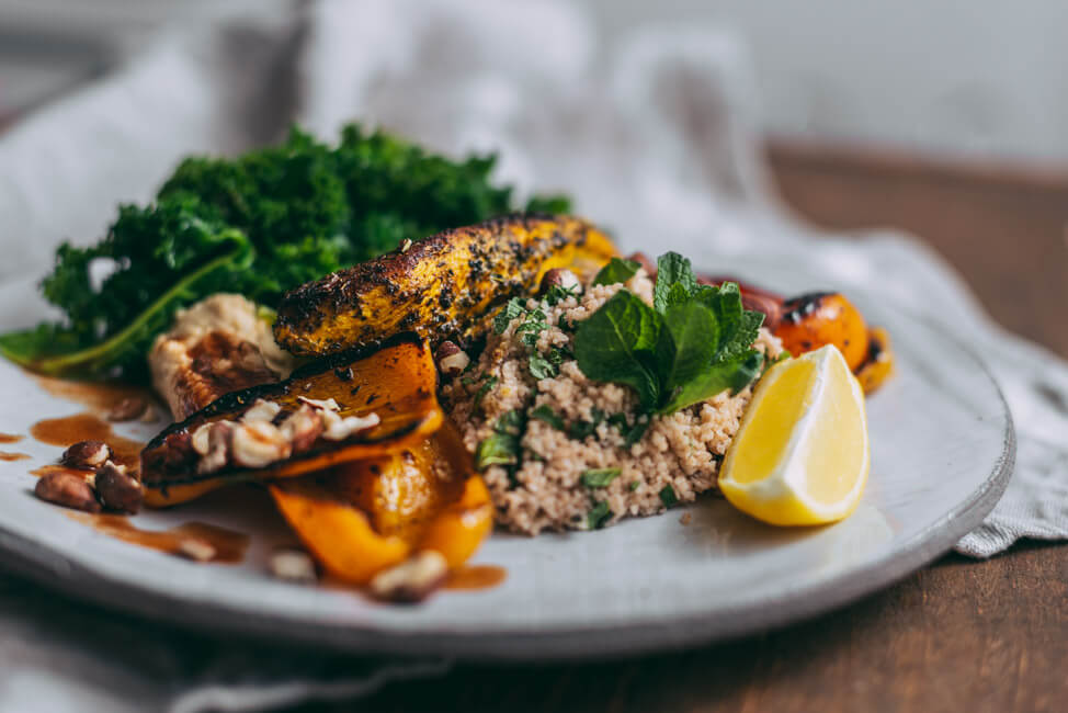 Kurkuma Hähnchen mit Hummus, Gemüse und Couscous
