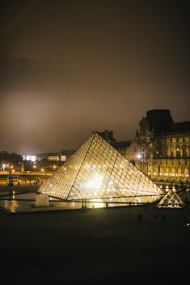 paris louvre museum by night bei nacht