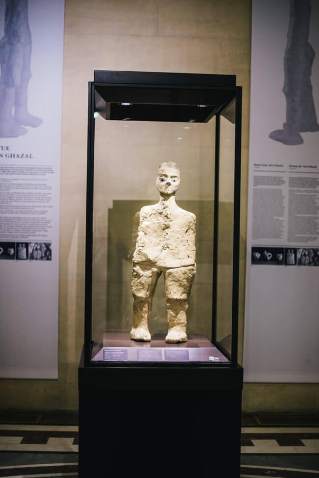 paris louvre museum statue 8000 jahre alt