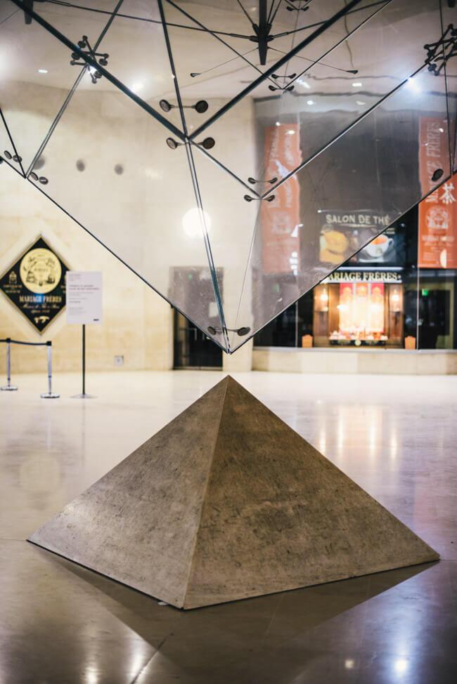 paris louvre museum pyramiden dan brown