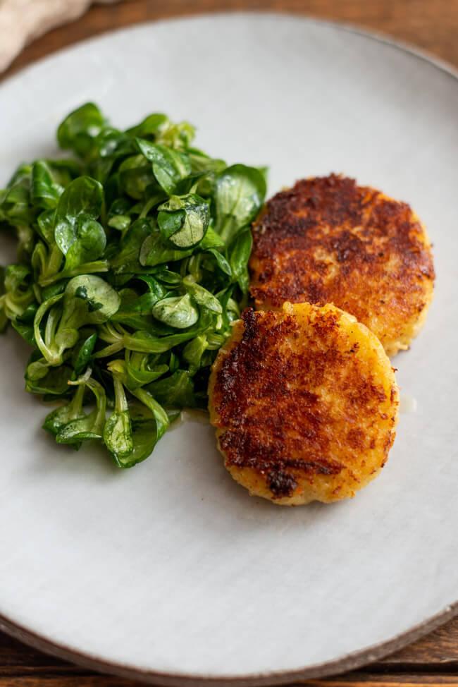 Tiroler Kaspressknödel mit Salat Käseknödel Pressknödel Österreichisch vegetarisch deftig