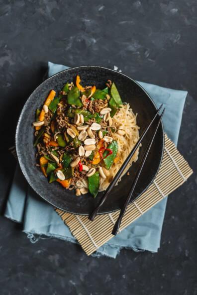 Asia gemüsepfanne mit Hackfleisch und Erdnüssen Chili Sojasauce Zuckerschoten Paprika MieNudeln Chinesisch asiatisch schnell abendessen feierabend