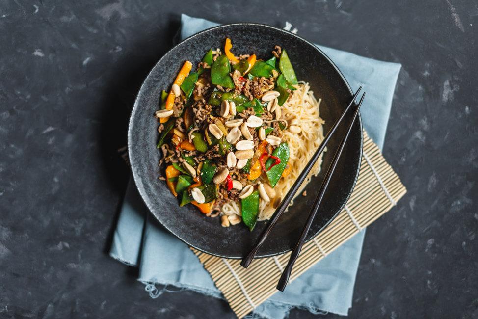 Asia Gemüsepfanne mit Hackfleisch und Erdnüssen