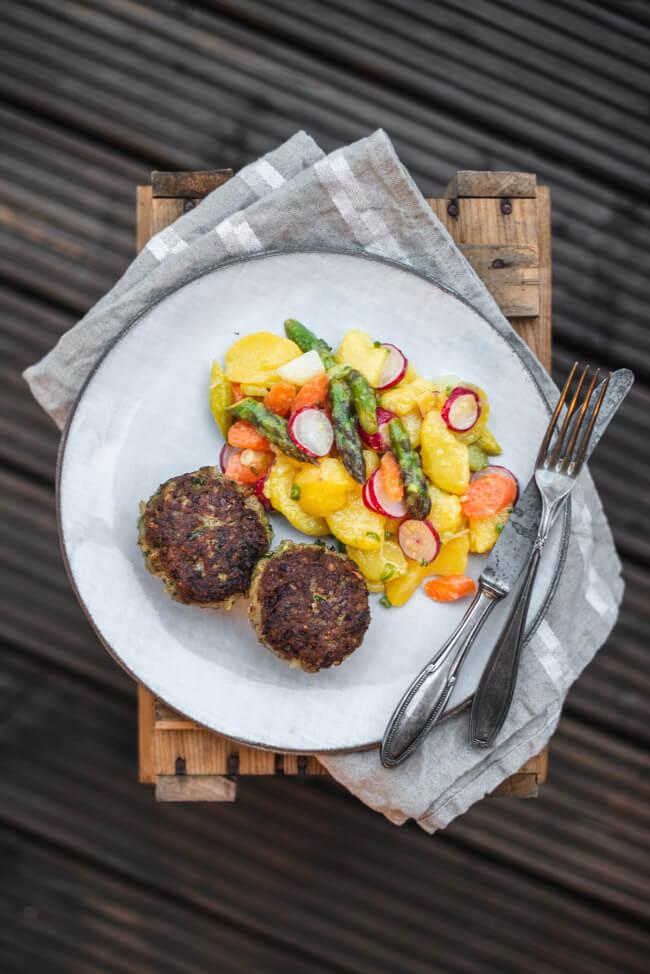 Bärlauch Frikadelle Bulette Fleischpflanzerl Bratling bunter Kartoffelsalat Spargel Radieschen Karotten Kohlrabi Frühling einfach fränkisch traditionell bayerisch