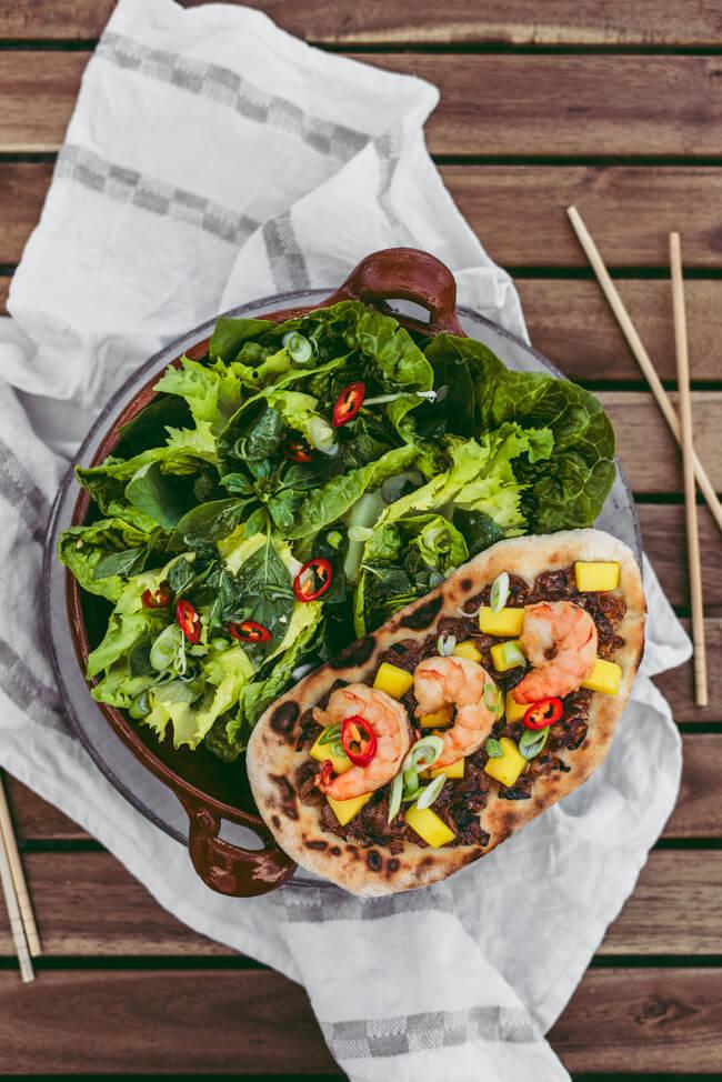 Beefer das Original Oberhitzegrill 800 Grad One Pro Grillen Barbecue BBQ Sommer Frühling Flammkuchen Pizzastein Schamottstein Pizza backen Asia Garnelen Mango Thai Kräuter Salat
