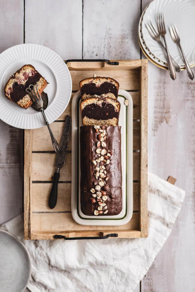 Kusskuchen mit Schokolade und Kirschen Tricolor Kastenkuchen Rührkuchen einfach Marmorkuchen Haselnüsse backen Kuchen Schokoglasur Kuvertüre