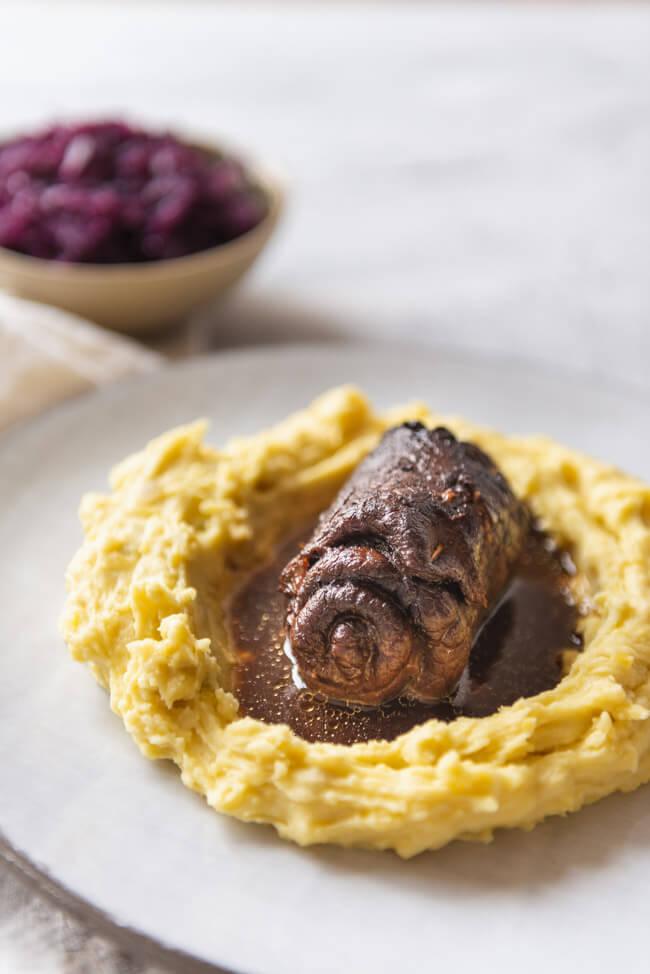 Rinderroulade Rindsroulade mit Rotkraut und Kartoffelpürree Blaukraut Sonntagsbraten Rouladen Schmorgericht Slowfood Rindfleisch Speck Gurken Senf