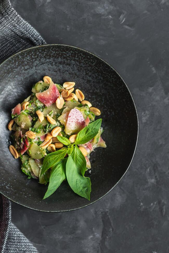 Asiatischer Rhabarbersalat mit Erdnüssen