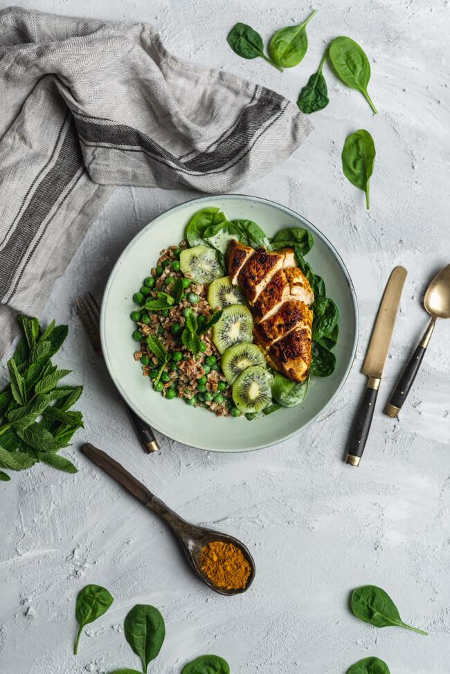 Bombay Chicken Bowl Green Erbsen Spinat Kiwi Minzsauce Agavendicksaft Apfelessig naturtrüb Dinkel Schneekoppe ALDI SÜD healthy food gesund vollkorn vollwertig Blattspinat Hähnchenbrust Curry
