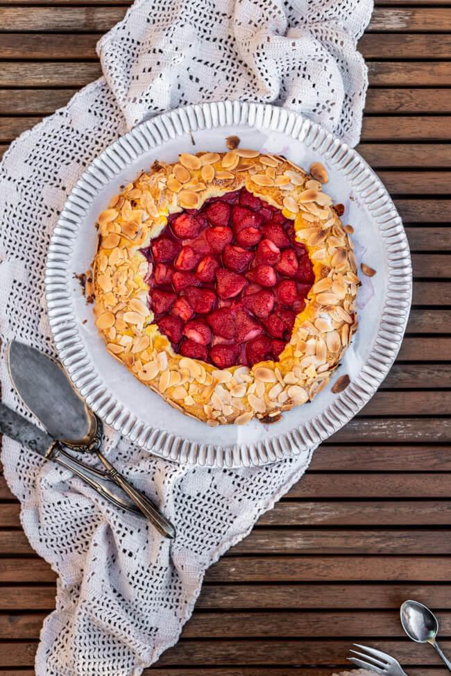 Erdbeer Galette mit Joghurt Eis Crostata Kuchen Sommer Mandeln backen Eis selbstmachen Joghurteis Honig