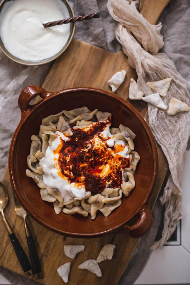 Manti mit Knoblauchjoghurt und Paprika-Minz-Butter Kochen mit Freunden türkisch türkische Teigtaschen Ravioli Mante gemeinsam Abendessen Nudeln Pasta vegetarisch Lamm Rind Spinat