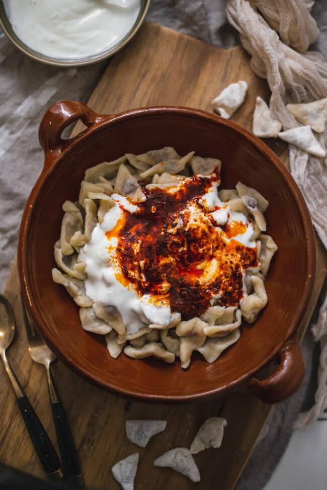Manti mit Knoblauchjoghurt und Paprika-Minz-Butter