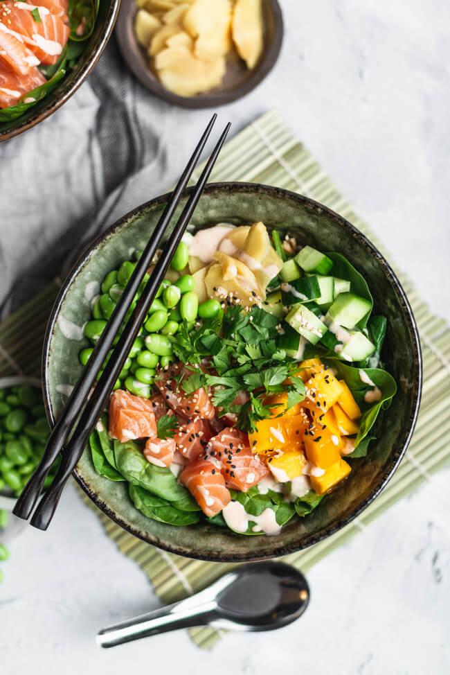 Sushi Bowl mit Lachs Edamame und Siracha-Mayo Mango Sesam Ingwer Koriander Dinkel Gurke Asia Blattspinat gesund healthy foodfotografie Asiatisch
