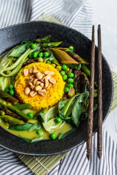 Veganes grünes Thai Curry mit Spargel Erbsen und Pak Choi Kurkuma Reis vegan vegetarisch veggie