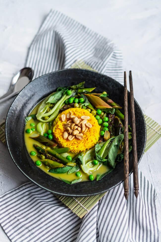 Veganes Thai Curry mit Spargel und Pak Choi