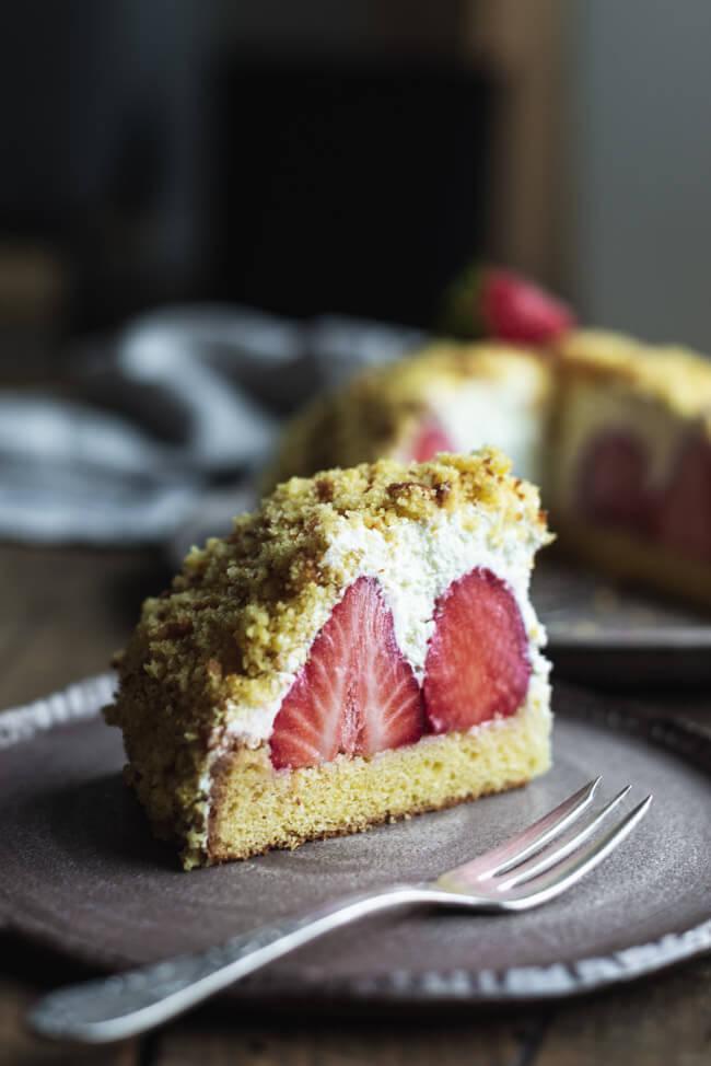 Weißer Maulwurfkuchen mit Erdbeeren