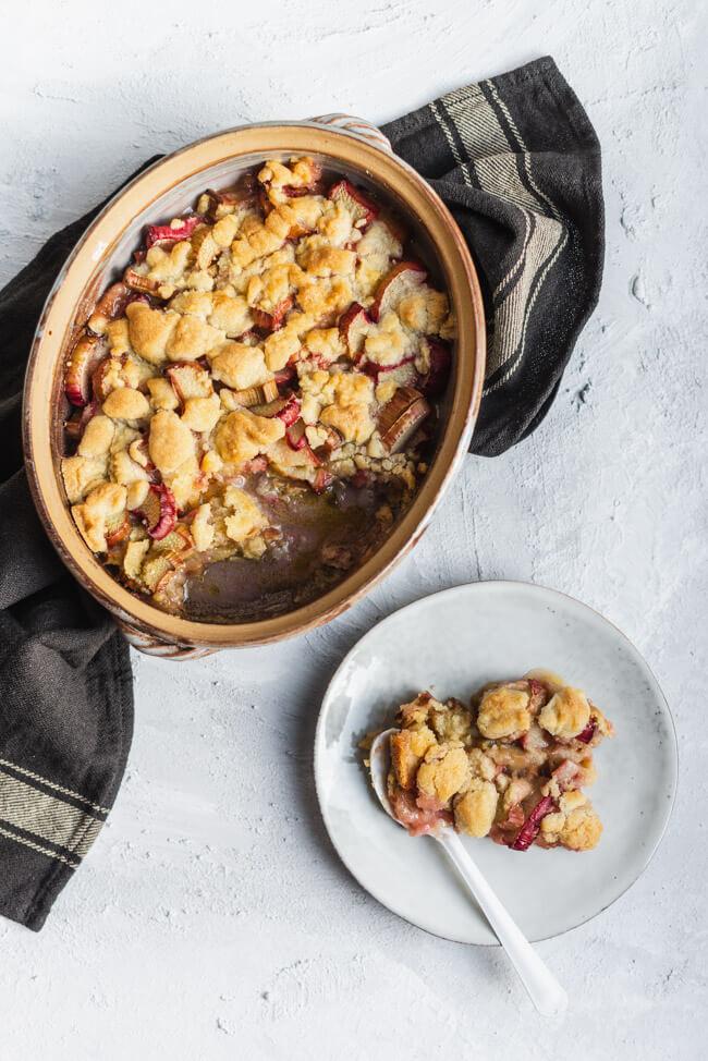 Einfacher Rhabarber Crumble nur 5 Zutaten leicht saisonal regional backen Süßspeise Dessert Streusel