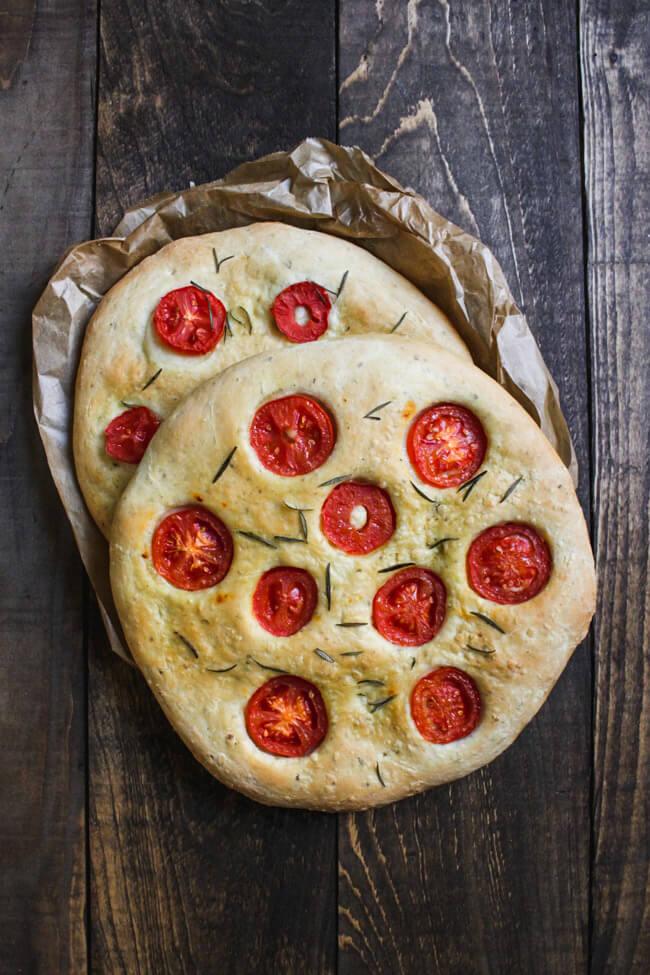 Focaccia mit Tomate und Rosmarin Knoblauch Olivenöl Fladenbrot vegan veganer Sommer