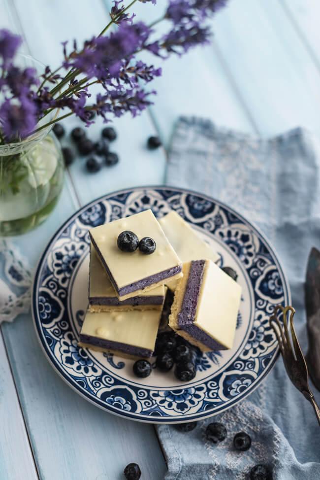 Heidelbeer Käsekuchen Würfel Blaubeere weiße Schokolade Sommer Cheesecake Kuchenschnitten Dessert Mürbeteigboden