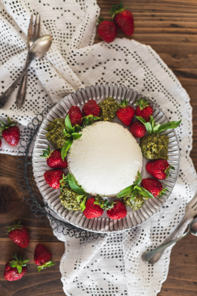 Joghurtbombe Erdbeeren süßes Minzpesto süß Joghurt Dessert Nachtisch Sommer einfach leicht Sahne kalt erfrischend