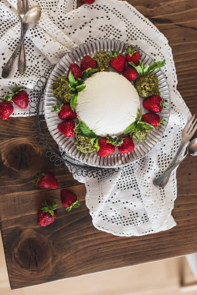 Joghurtbombe mit Erdbeeren und süßem Minzpesto