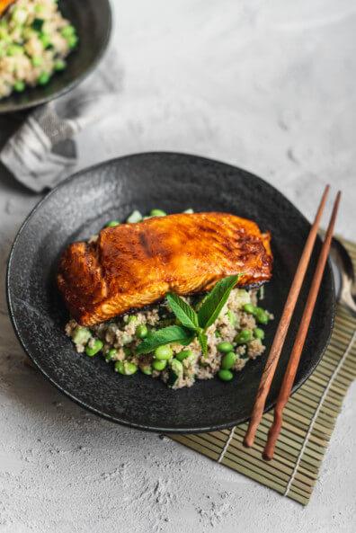 Couscous Salat mit Edamame und Gurke Minze Couscoussalat frisch grün Green Bowl miso paste glasierter lachs Lachsfilet grillen barbecue BBQ Fisch schnell einfach Feierabend
