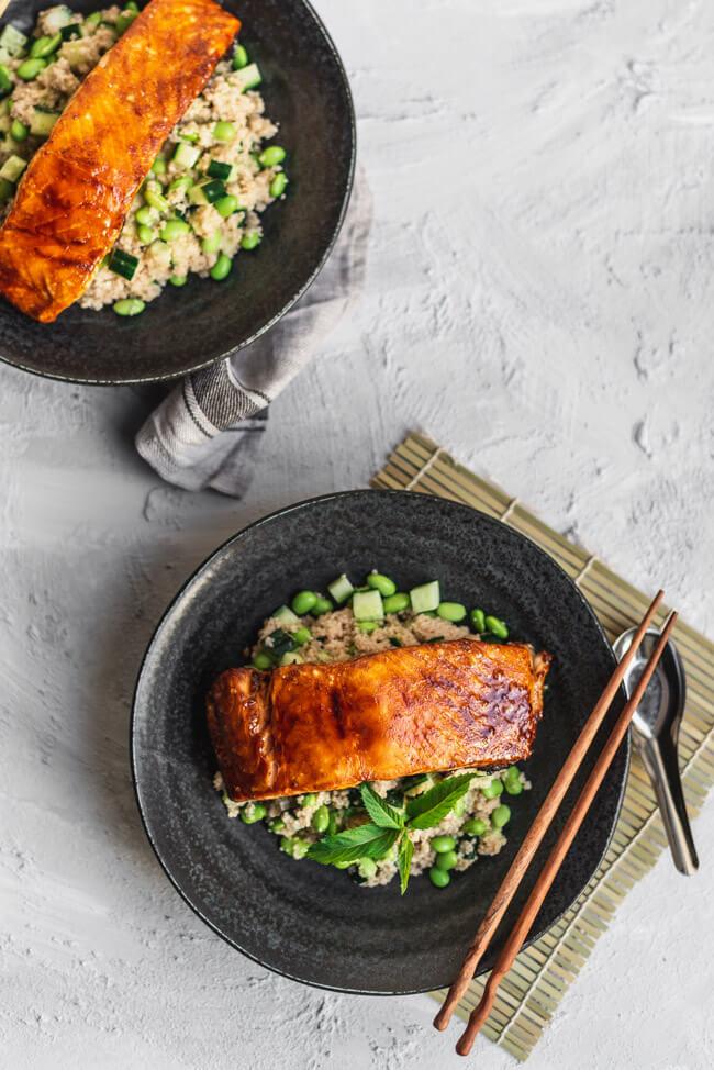 Couscous Salat mit Edamame und Gurke Minze Couscoussalat frisch grün Green Bowl miso paste glasierter lachs Lachsfilet grillen barbecue BBQ Fisch