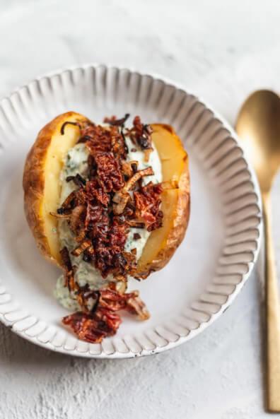 Ofenkartoffel mit Kräuter Tzatziki und knusprigem Bacon und Röstzwiebeln weltbester Kräuterquark einfach sommer abendessen feierabend schnell