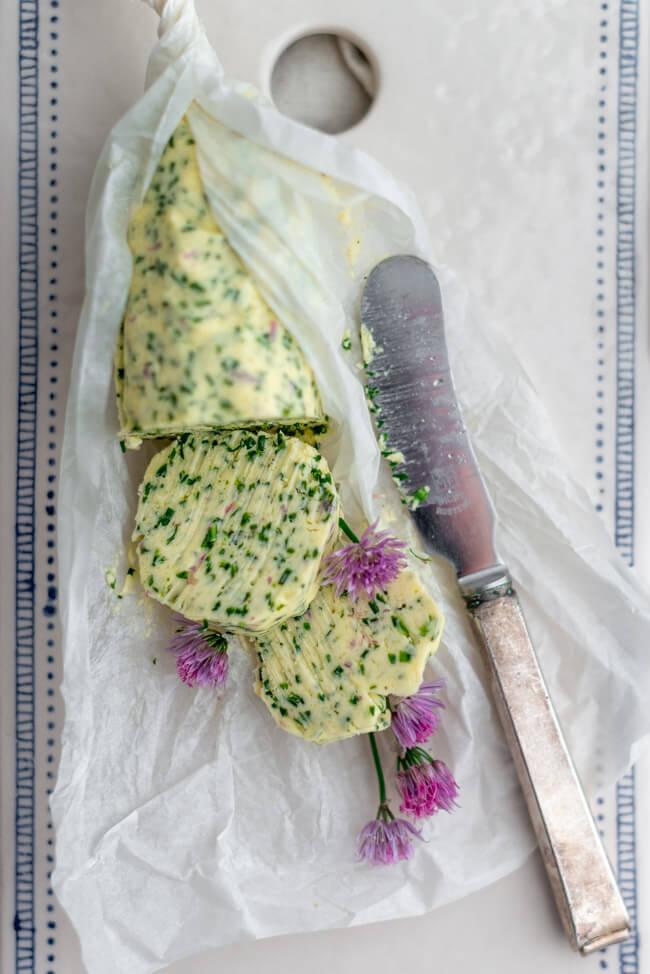 Schnittlauchbutter mit Blüten