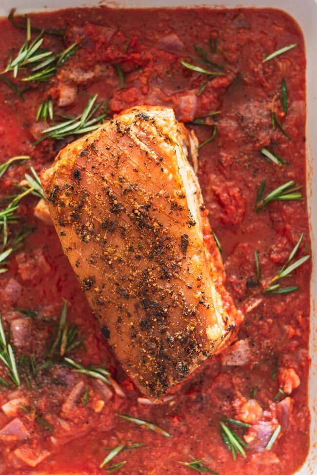 Schweinebauch all'arrabiata in Tomatensauce mediterran Ofengericht Schmorgericht sommer italienisch Rosmarin Knoblauch Zwiebeln Schweinebraten