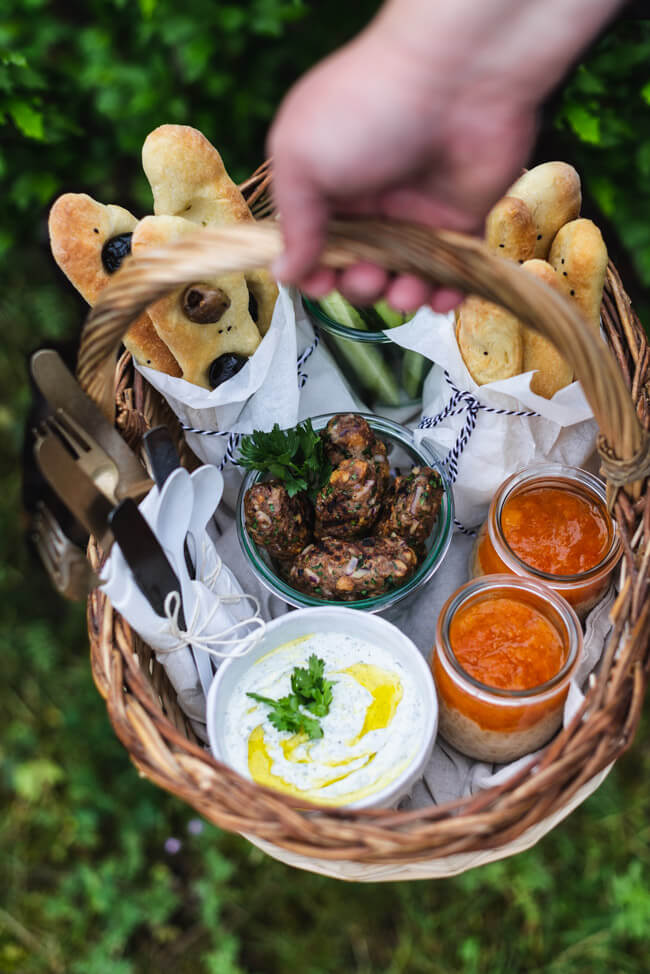 Türkisches Picknick | Köfte | Fladenbrot | Joghurt-Feta-Dip | Sütlac