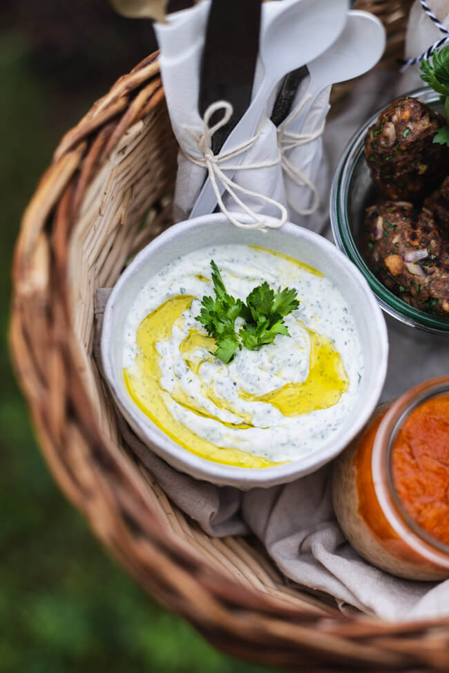 Türkisches Picknick   Köfte   Fladenbrot   Joghurt-Feta-Dip   Sütlac