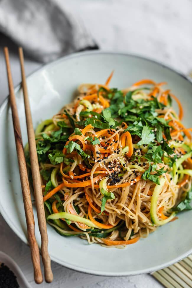 Asia Nudelsalat mit Sesam, Karotte und Gurke Möhre vegan vegetarisch veggie Asia Sesam Tahini Koriander Feierabend schnell und einfach Mittagessen unterwegs gesund kochen healthy recipe gesundes rezept