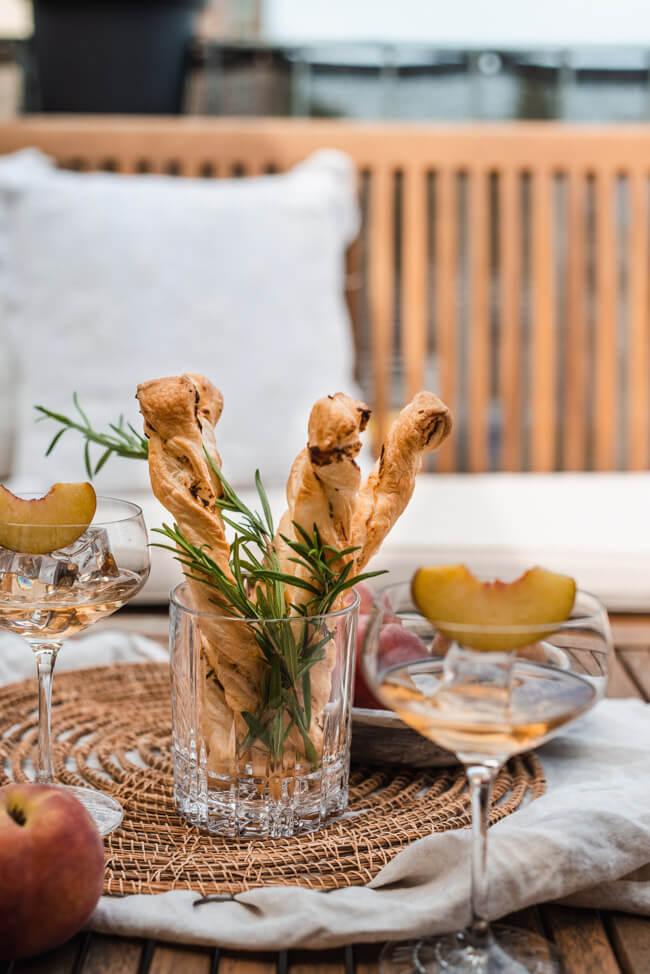 Blätterteigstangen mit Rosmarin und Ziegenkäse Frischkäse Snack Knabberei Sommer schnell einfach