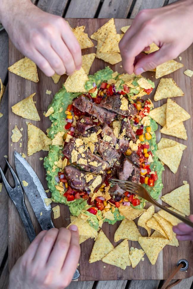 Mexico Steak mit Guacamole Mais Tortilla Chips Nachos Schweinenacken