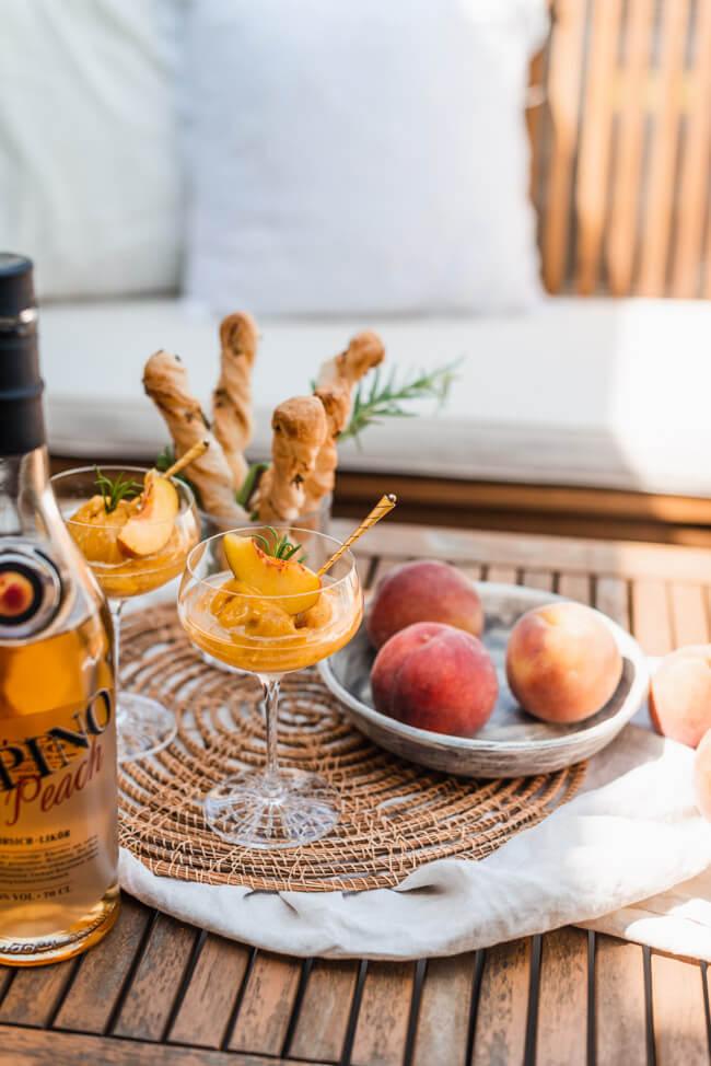 Pfirsich Sgroppino mit Pfirsich Sorbet Pepino Peach Pfirsich Likör Dessert Cocktail Longdrink erfrischend prickelnd spritzig