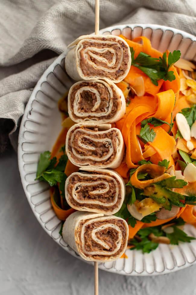 Tortilla Röllchen mit orientalischem Karottensalat Mandeln Petersilie Bohnencreme vegan Tortillafladen Möhren Aprikose