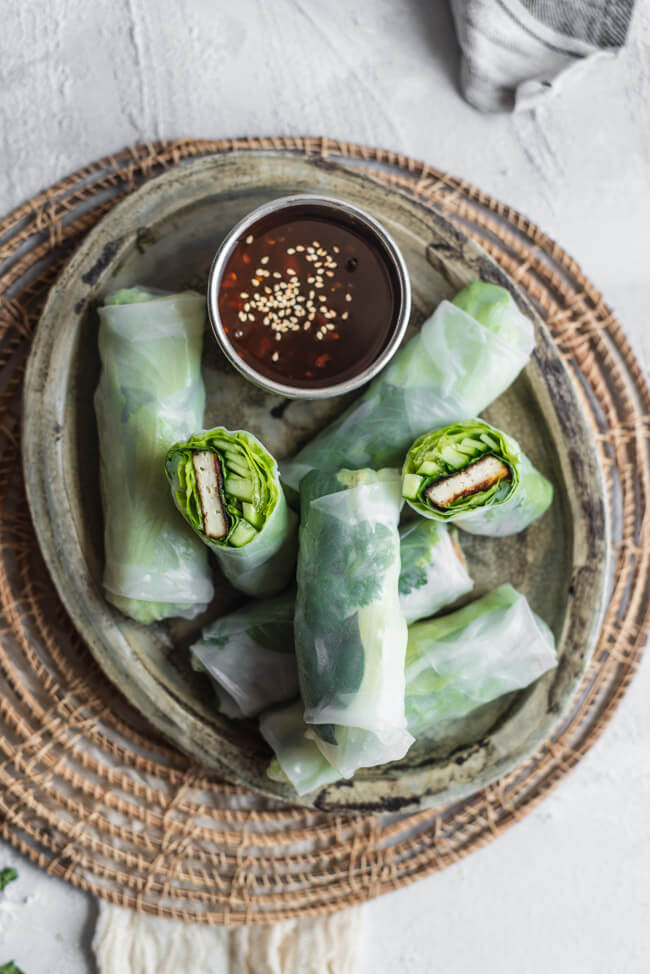 Vegane Sommerrollen Summer rolls gebratener Tofu Thai Kräuter Gurke Salat Sweet Chili Dip Sojasauce Sesam