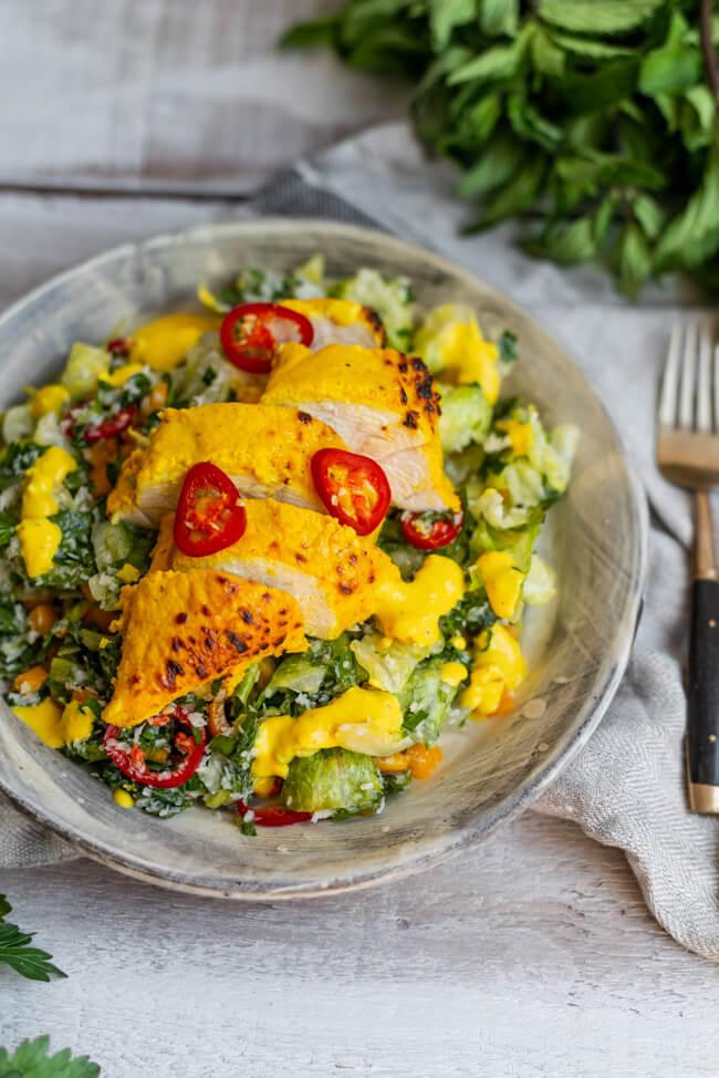 Hähnchenbrust mit Sambol Salat Low Carb glutenfrei gesund kochen schnell einfach Sommer Ingwer Chili Minze Feierabend Kurkuma Sri Lanka Asiatisch