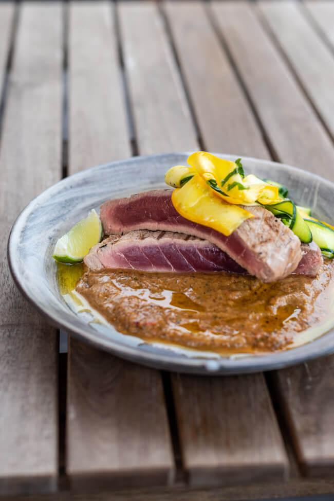 Thunfisch auf gegrillter Salsa mit rohem Zucchini Salat Minze Koriander Tuna Jamie Oliver lowcarb grillen barbecue BBQ gegrillter Fisch