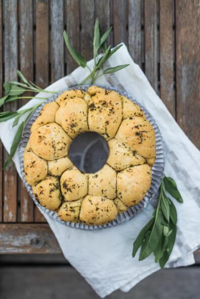 Mdeiterranes Monkey Bread pull apart zupfbrot salbei tomaten mozzarella buffet silvester party partyfood backen herzhaft