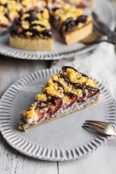 Mohn-Quark-Kuchen mit Zwetschgen und Streuseln Sonntagskuchen backen Streuselkuchen Zwetschgenkuchen Mohnkuchen Käsekuchen Quark Mohn Herbst Sonntagskuchen