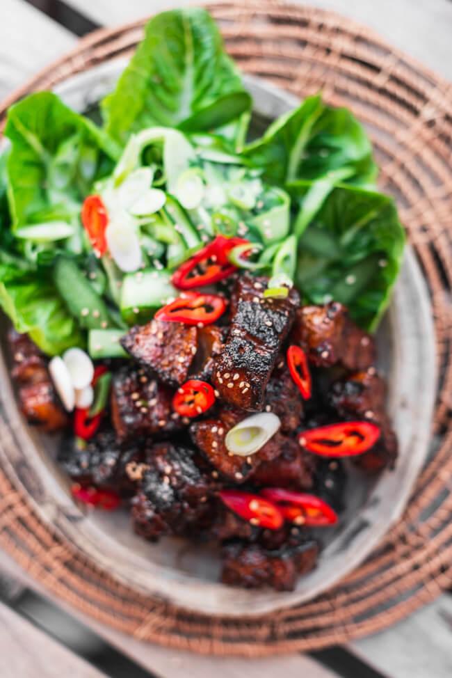 Pork Belly Burnt Ends Asia Style Schweinebauch Pralinen Grillen BBQ Barbecue Asiatischer Gurkensalat Sesam Chili lowcarb glutenfrei