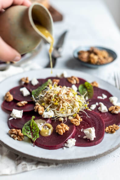 Rote Bete Carpaccio mit frischen Sprossen Feta und Walnüssen aus Kaliforniern vegetarisch veggie Salat Feierabend schnell einfach Herbst Spätsommer bunt Honig-Senf-Vinaigrette