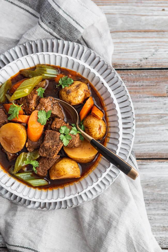 Irish Stew mit Rindfleisch Möhren Staudensellerie Eintopf Irland Traditionell Guinnes Familienessen Winter Herbst Suppe Kartoffeln Petersilie Rinderbrühe
