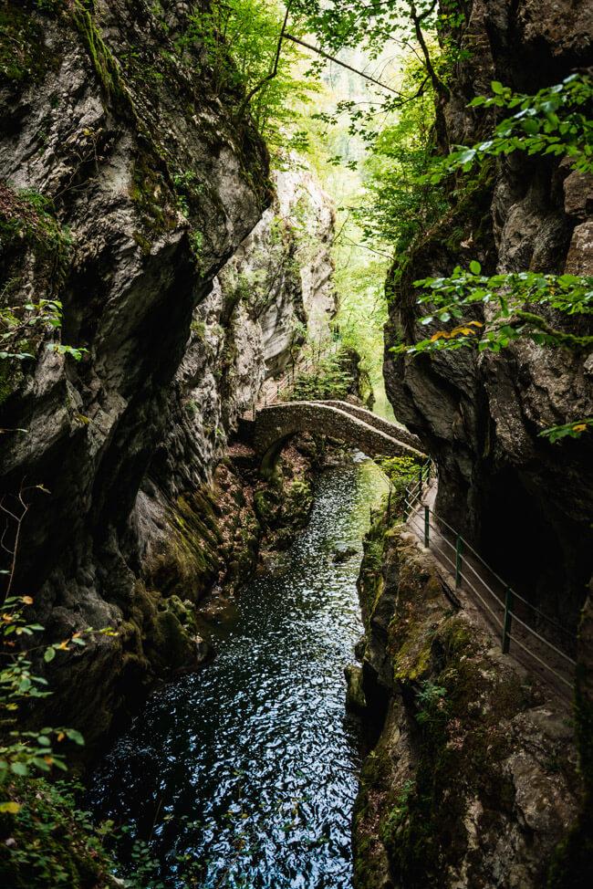 Areuse Schlucht Gorges de l´Areuse Natur Wandern Fluss Steinbrücke